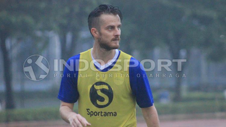 Pemain anyar Persib Bandung, Rene Mihelic tampak serius saat sedang latihan. Copyright: Arif Rahman/INDOSPORT