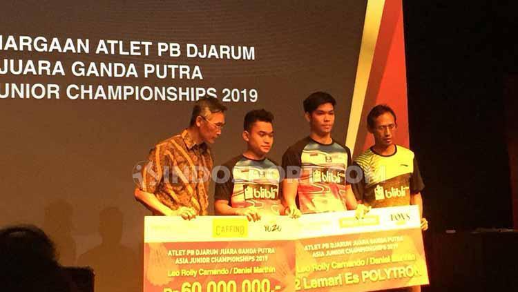 Leo Rolly Carnando, Daniel Marthin dan Indra Cahya Sari Jamil mendapat hadiah rautsan juta. Copyright: Petrus Manus DaYerimon/INDOSPORT
