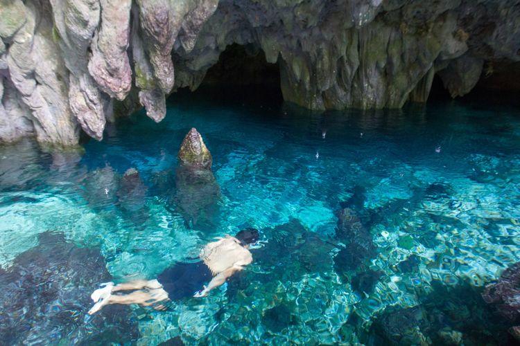 Wisatawan berenang di Gua Hawang, Langgur, Maluku Tenggara, Kamis (15/3/2018). Gua ini merupakan salah satu tempat wisata di Maluku Tenggara