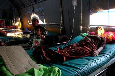 Suriatun (30), pasien malaria asal dusun Medas, Desa Kekait, tengah menjalani perawatan intensif di Puskesmas Gunung Sari, Lombok Barat, Rabu (12/9/2018).