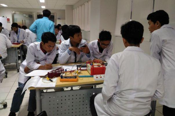 Mahasiswa Universitas Pertamina tengah melakukan uji coba di laboratorium