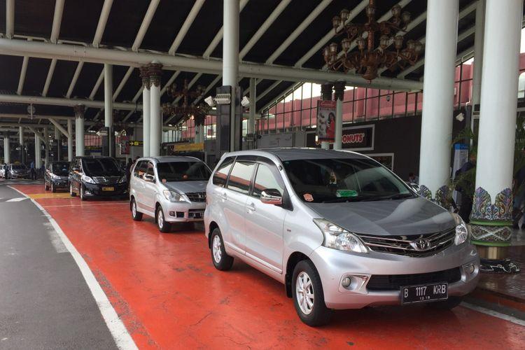 Antrean armada GrabCar di jalur satu Terminal 1B Kedatangan Bandara Soekarno-Hatta, Tangerang, Selasa (24/10/2017). Layanan taksi online dari Grab di bawah naungan Induk Koperasi Kepolisian (Inkoppol) resmi beroperasi mengangkut penumpang di Bandara Soekarno-Hatta per hari Senin (23/10/2017).