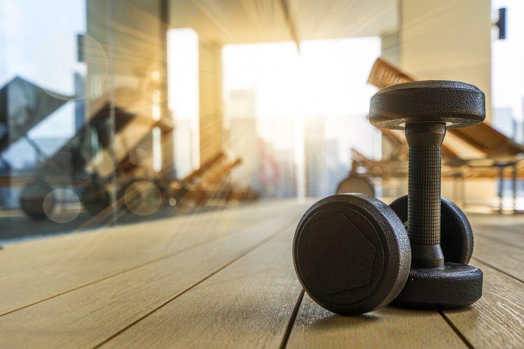 Ilustrasi ruangan gym di pagi hari