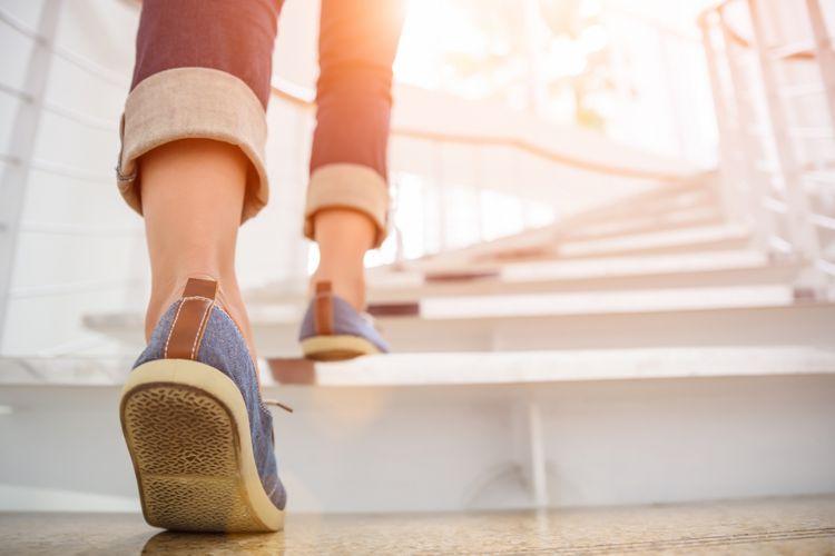 Ilustrasi berjalan di tangga
