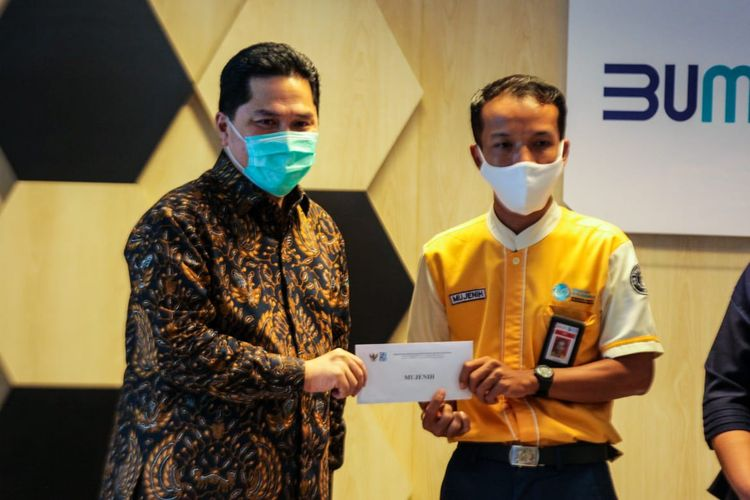 Menteri Badan Usaha Milik Negara (BUMN) Erick Thohir saat memberi apresiasi kepada Mujenih, petugas KRL yang menemukan uang Rp 500 juta, Senin (13/7/2020).