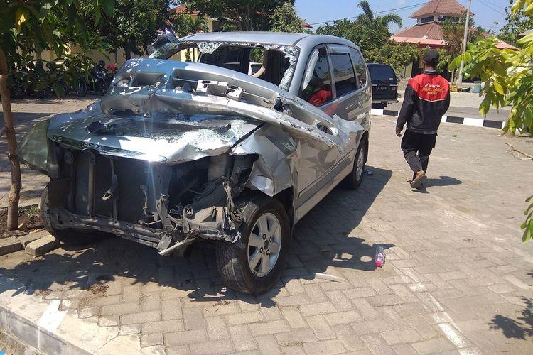 Mobil avanza yang dikemudikan Ali Mashudi yang mengalami kerusakan parah pasca kecelakaan beruntun menabrak 2 mobil dan 4 sepda motor. Kecelakaan diduga akibat sopir menderita epilepsi.