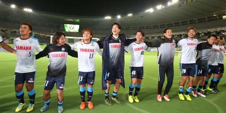 Para pemain Jubilo Iwata melakukan selebrasi setelah menang 3-0 atas tuan rumah Tokyo Verdy pada laga J2 League di Stadion Ajinomoto, Tokyo, Minggu (1/11/2015).