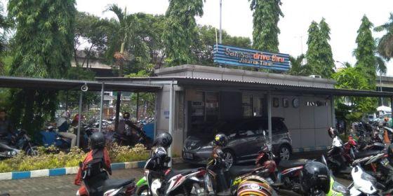 Layanan Samsat Drive Thru di Kebon Nanas, Jakarta Timur, Selasa (12/12/2017)