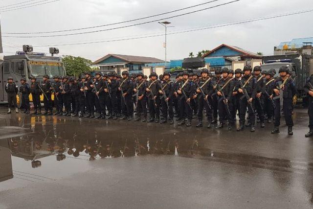 Personel Brimob BKO Polres Mimika ketika mengikuti apel pasukan yang di pimpin Kapolda Papua Irjen Pol Paulus Waterpauw di halaman Kantor Pelayanan Polres Mimika, Minggu (13/10).