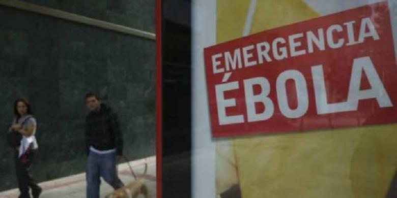 Teknisi laboratorim mengembangkan teknologi untuk memproduksi vaksin ebola secara massal.
