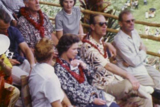 Pangeran Philip dan Ratu Elizabeth, terlihat di barisan depan, menyaksikan upacara tradisional di Pulau Pentakosta di New Hebrides,