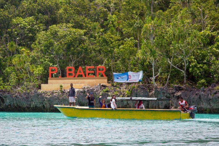 Wisatawan saat berkunjung ke Pulau Baer, Kepulauan Kei, Jumat (16/3/2018). Pulau Baer berada di utara pulau Kei Kecil dan dapat dicapai menggunakan perahu cepat.