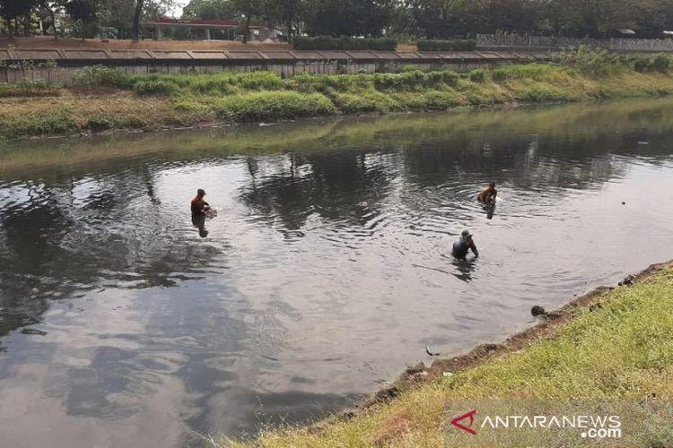 Berburu Harta Di Dalam Lumpur Kanal Banjir Timur Halaman All Kompas Com