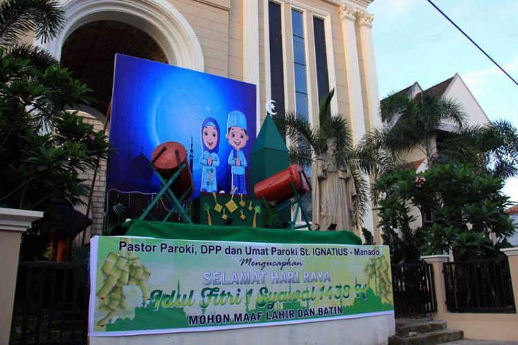 Spanduk Selamat Idul Fitri Dan Replika Beduk Di Depan Gereja