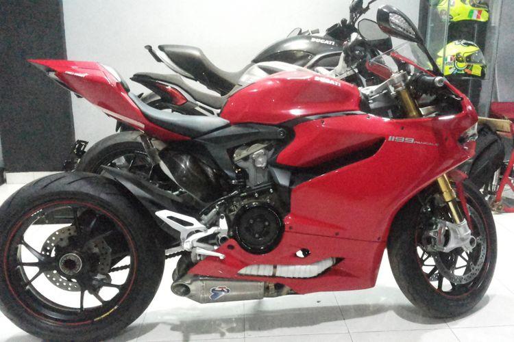 Salah satu Ducati Panigale lansiran 2013 yang dijual diler moge seken R&J Motorsport yang beralamat di Jalan Jatiluhur, Duren Tiga, Jakarta Selatan, Jumat (9/2/2018).