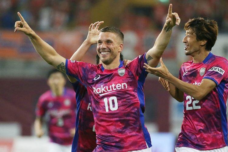Penyerang Vissel Kobe asal Jerman, Lukas Podolski (tengah), melakukan selebrasi setelah mencetak gol dalam debutnya di J-League melawan Omiya Ardija di Kobe, 29 Juli 2017.