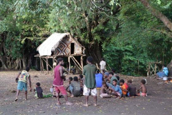 Penduduk desa tinggal di rumah-rumah tradisional di hutan Tanna.