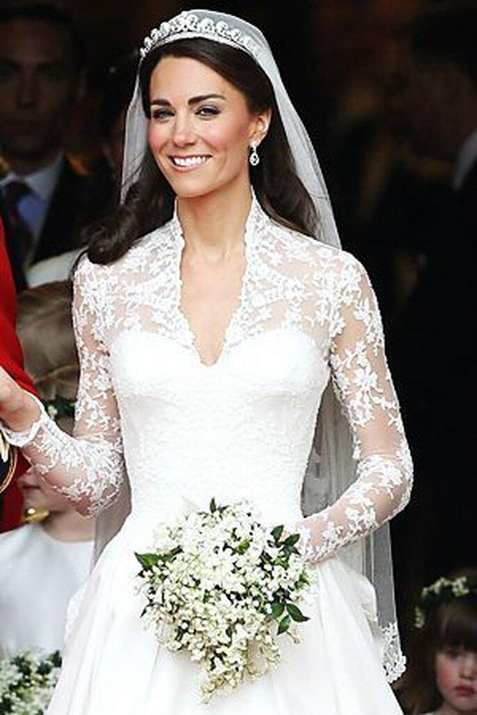 Résultat d'images pour Kate middelton robe de mariée en dentelle de calais