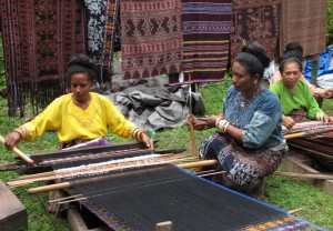 Weaving tenun ikat at Lepo Lorun
