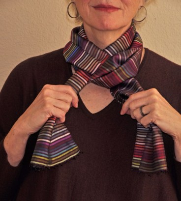 Pull the end that is now in your left hand through the loop and adjust both ends of the scarf. A lovely crisscross has formed.