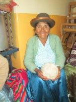 Dona Julia waiting for her yarn to be measured.