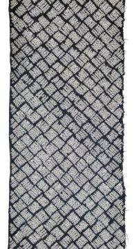 Kanoko shibori produces a pattern like fawn spots or bound squares.