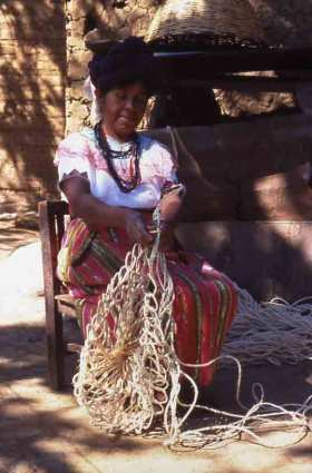 "Figure-eight looping is a common technique for making a red, a round ""cargo net"", the most common looped bag in Guatemala."