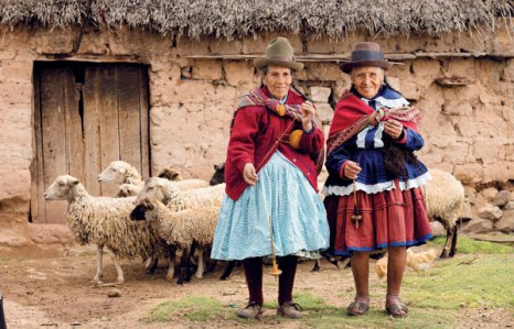 Two elders, still spinning from Mahuaypampa. Luisa and Felicitas
