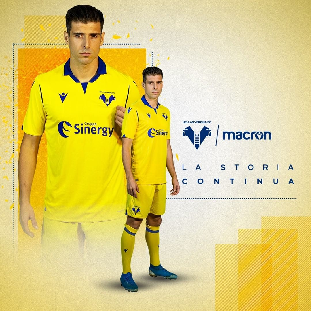 The jersey is mainly white, with brush strokes in yellow and blue — the colours of hellas verona — on the bottom half of the front. Novas camisas do Hellas Verona 2020-2021 Macron » Mantos