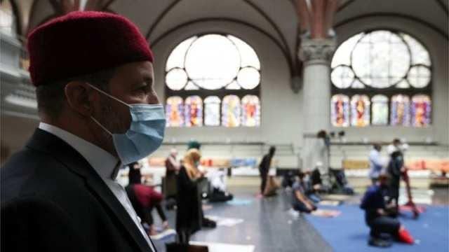 « Les crises rapprochent les religieux » ! : une église allemande ouvre ses portes aux musulmans pour la prière (photos)