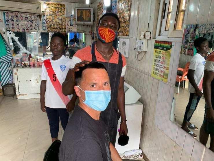Ghana : l'ambassadeur d'Australie se fait couper les cheveux dans un salon de coiffure local