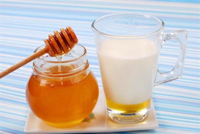 لتقوية مناعة الأطفال .. عليكم بملعقة عسل مع الحليب