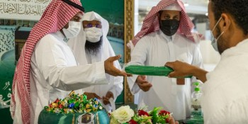 رئاسة الحرمين تستقبل المعتمرين بالهدايا التذكارية