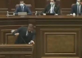 مضاربة وركل وصفع بين نواب الحكومة والمعارضة في برلمان أرمينيا