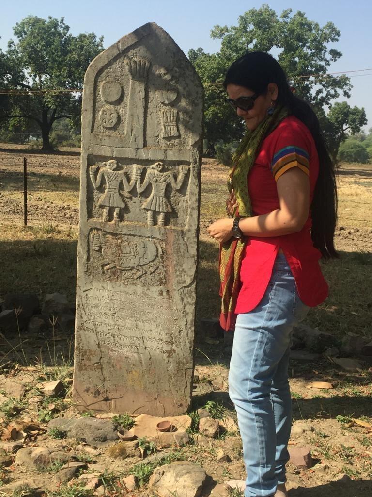 Амеета Сінгх з одним із виліплених каменів сати, який вона шукає та документує.