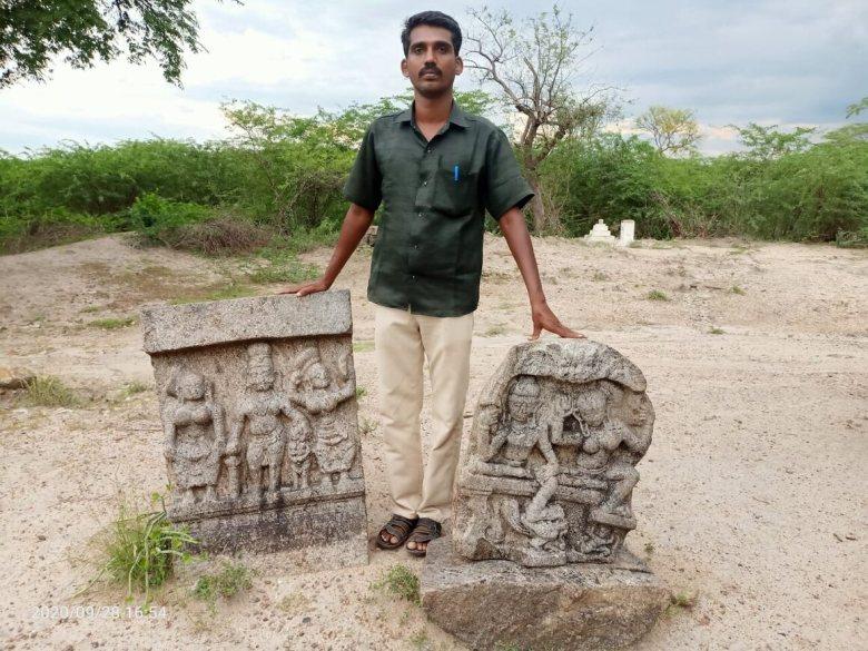 Мунайвар Муніесваран із двома із знайдених ним камінь саті.  Хитросплетіння різьби наводить на думку про королівський рід.