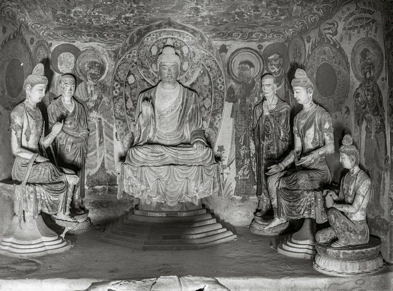 West wall Buddha niche. Mogao Cave 328. Early Tang (618–704). Lo Archive photograph, 1943–44. Princeton University (Lo328-2).