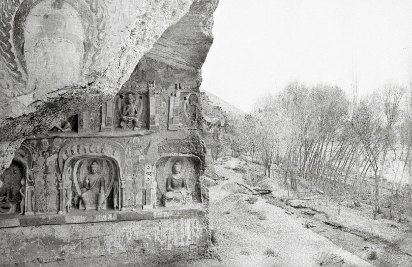 Mogao Cave 259, north wall and area outside the cave. Northern Wei (439–53 4). Lo Archive photograph, 1943–44. Princeton University (Lo259-1).
