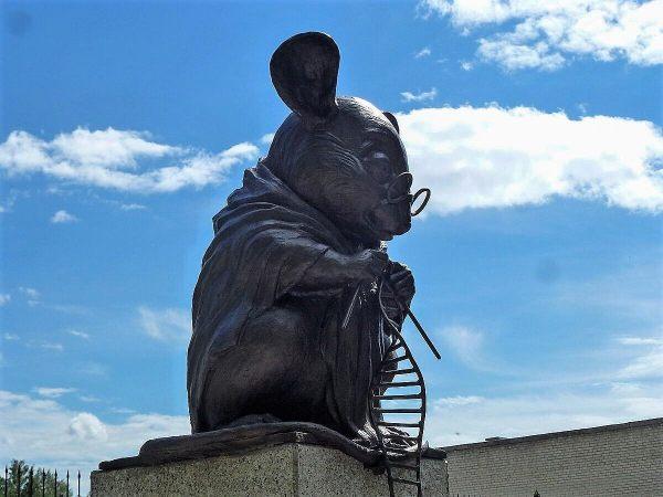 Памятник лабораторной мыши: где находится и что посмотреть ...