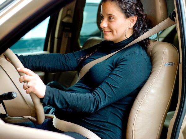 امرأة حامل في سيارة
