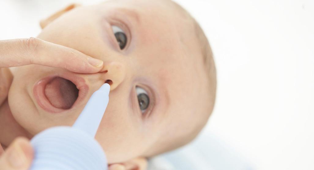 Mãe limpa nariz do bebê