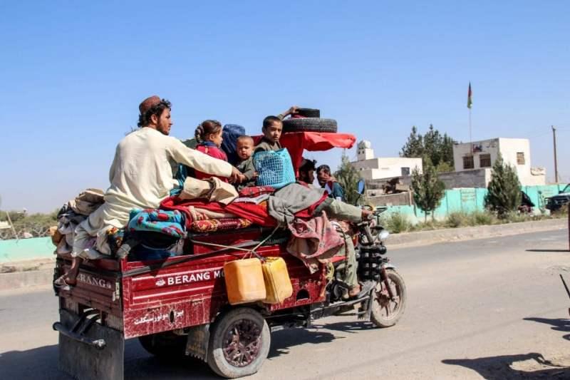 Antara keluarga yang melarikan diri dari perkampungan Nadali di wilayah Lashkar Gah berikutan pertempuran antara Taliban dan tentera Afghanistan. - Foto AFP