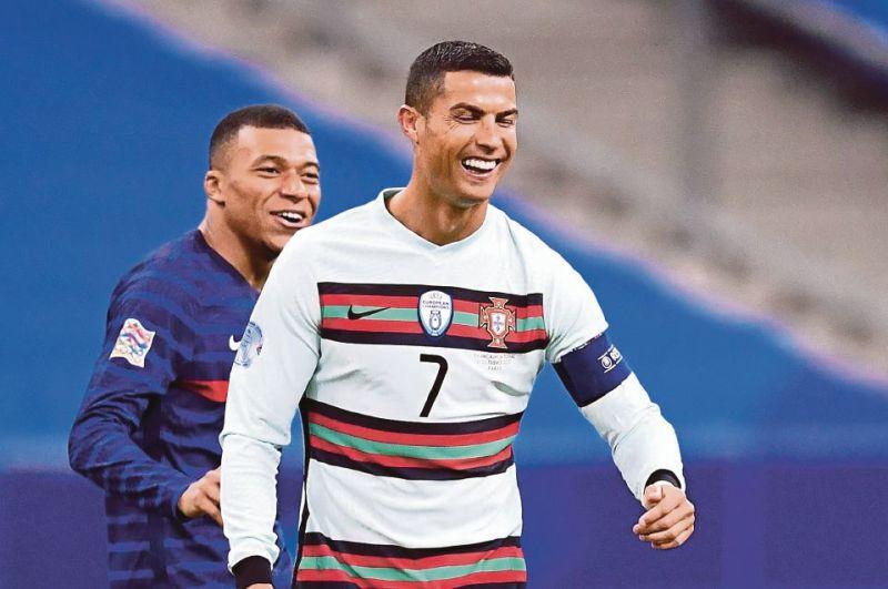 Penyerang Portugal, Cristiano Ronaldo (kanan) disahkan positif COVID-19. - AFP