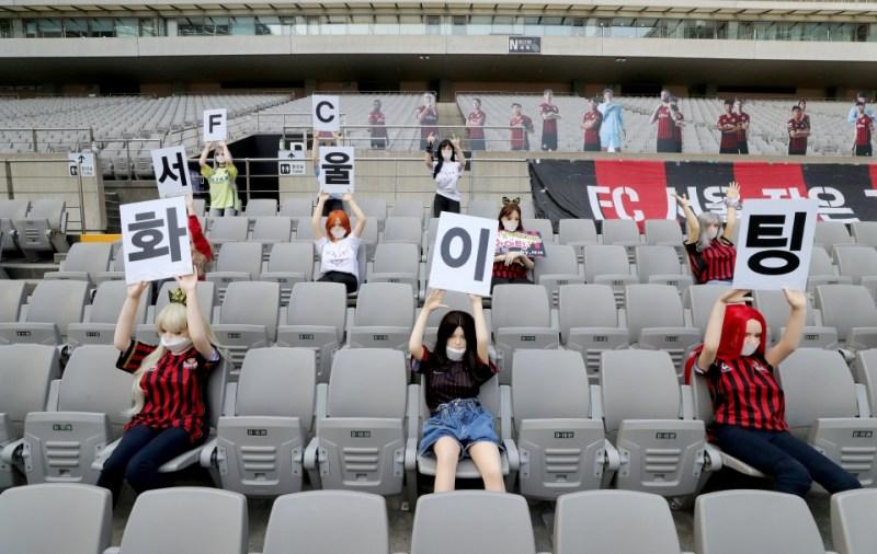 PATUNG seks yang diletakkan di tempat duduk stadium ketika aksi FC Seoul menentang Gwangju FC.