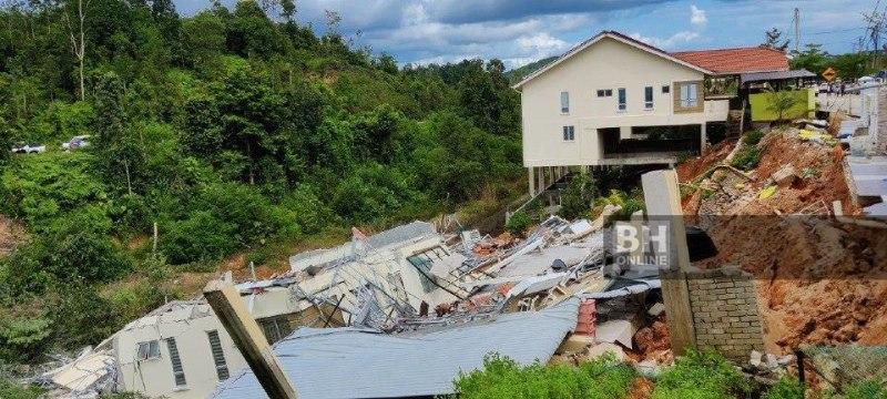 KEADAAN tanah runtuh yang mengakibatkan dua buah rumah rosak di Taman Gambang Damai. NSTP/FARIZUL HAFIZ AWANG