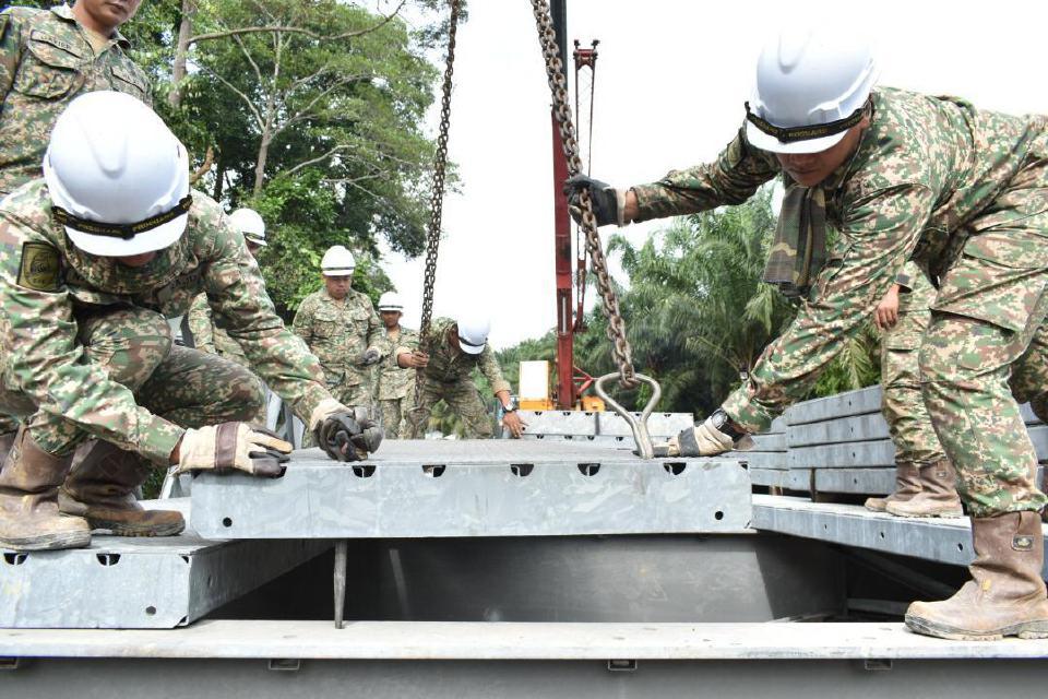 Anggota 91 Rejimen Bantuan, Rejimen Askar Jurutera Diraja (91 RAJD) dan 2 Skuadron Rejimen Askar Jurutera Diraja (2 Skn RAJD) membina jambatan sementara di Kampung Belimbing, Maran, Pahang yang dijangka siap esok. Foto ihsan ATM