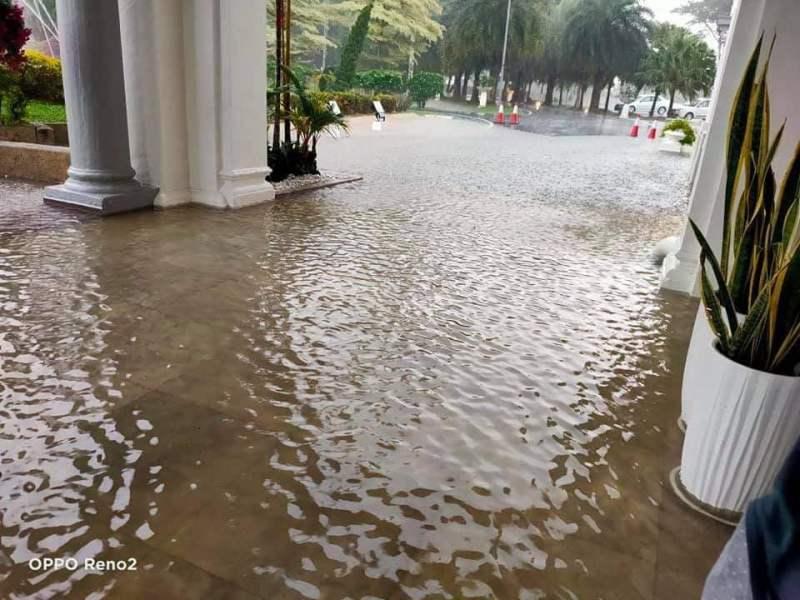 Keadaan pekarangan kediaman rasmi Menteri Besar Kedah di Sri Mentaloon yang dinaiki air berikutan hujan lebat, petang tadi. - Foto ihsan Facebook Menteri Besar Kedah, Muhammad Sanusi Md Nor.