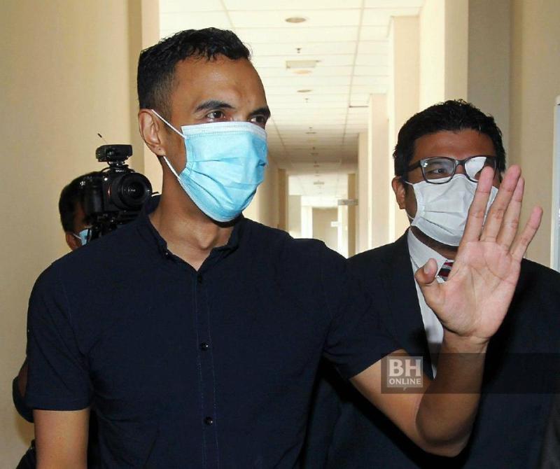Hazrul Hizham (kiri) dibawa ke Mahkamah Sesyen Petaling Jaya atas pertuduhan merogol dan mencabul kehormatan dua orang warga Mongolia. - NSTP/Saifullizan Tamadi