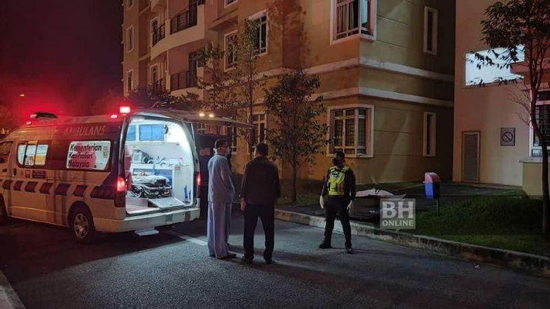 Polis menyiasat lokasi penemuan mayat seorang pelajar wanita di sebuah pangsapuri di Bukit Beruang, kelmarin. NSTP/IHSAN POLIS