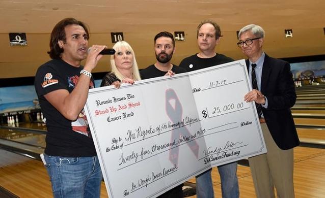 """La quinta edición de """"Bowl For Ronnie"""" recauda más de $ 50,000 para """"Ronnie James Dio Cancer Fund"""""""